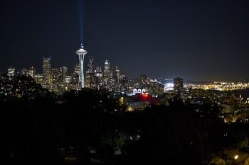 Seattle bei Nacht mit Space Needle im Vordergrund